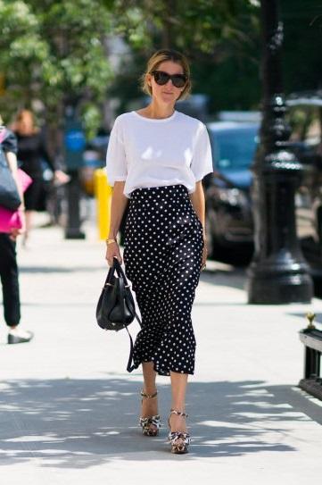 Marina Larroude в длинной юбке в горошек и белой футболке