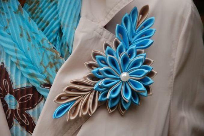 Украшение пиджака цветком из лент в технике канзаши