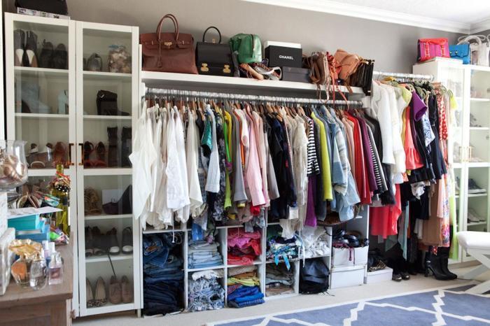Обустройство гардеробной комнаты не требует эксклюзивного дизайн-проекта и привлечения профессионалов.