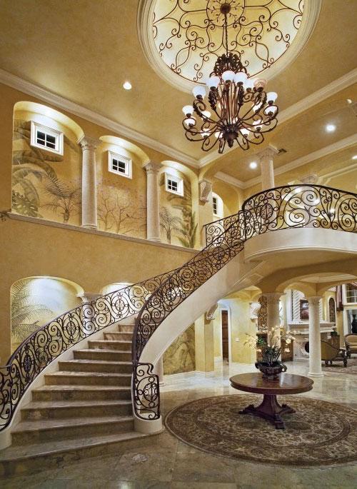 Кованые лестница и люстра в загородном доме