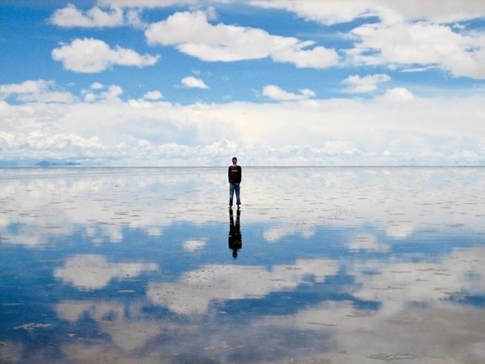 В сезон дождей солончак превращается в самую большую в мире зеркальную поверхность.