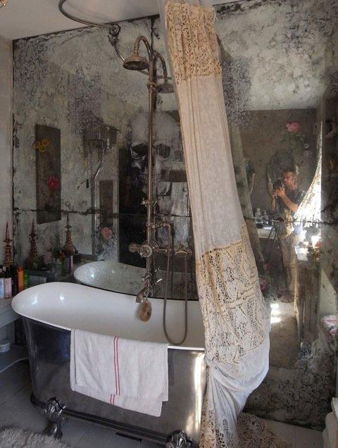 Фрагмент частных интерьеров в Великобритании, антикварные и состаренные зеркала выполнены бюро Saligo Design
