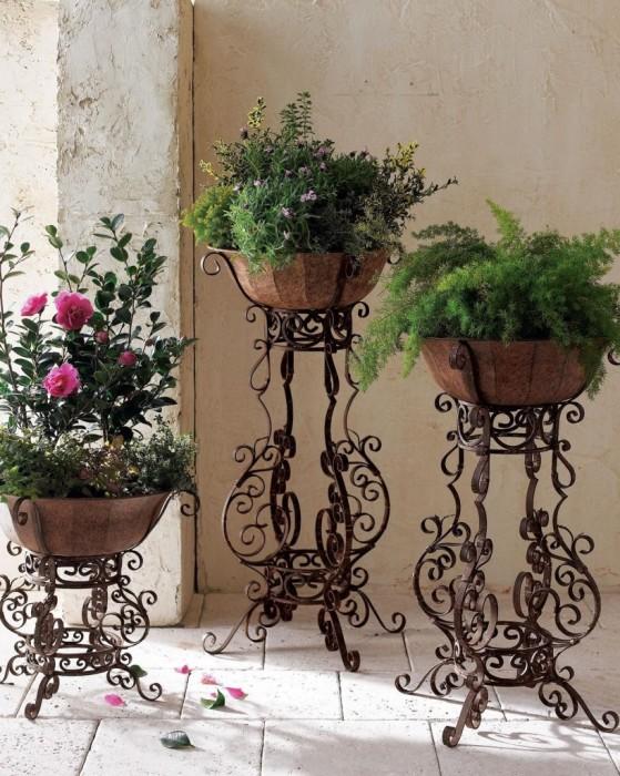 Кованые подставки для цветов, которые придадут современному интерьеру классический стиль.