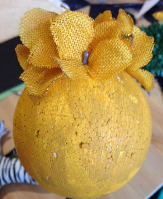 Декорирование шара топиария искусственными цветами