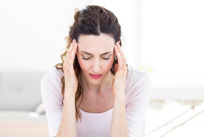 женщине болит голова