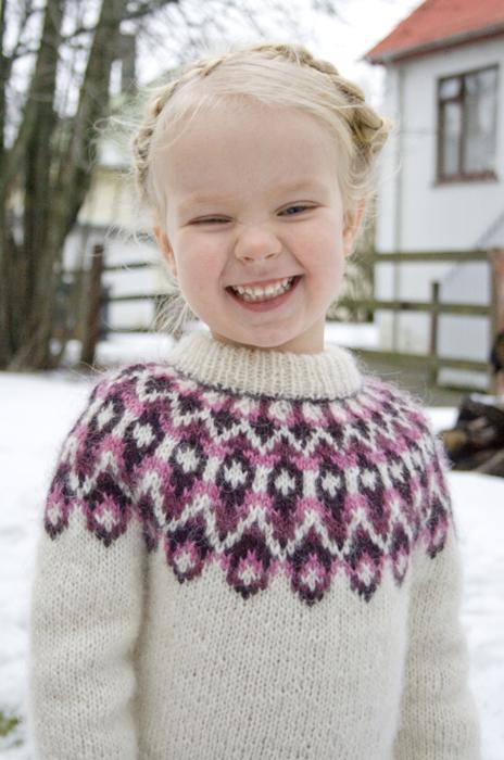 Исландский свитер называется «лопапейса» (лопи). Он очень теплый и поэтому его можно даже использовать как верхнюю одежду. /Фото:asunnydayinreykjavik.com