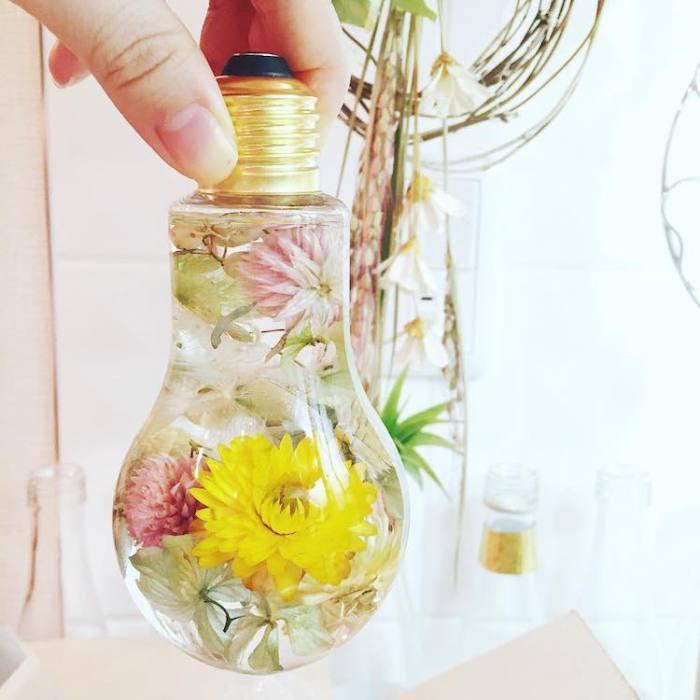 Чудесный букет в лампочке нежных пастельных оттенков