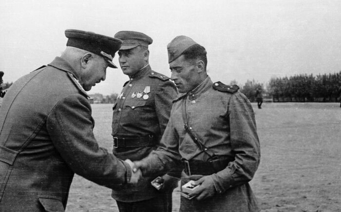 Награждение генералом солдат. /Фото: cdn1.img.sputnik-ossetia.ru