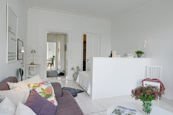 Маленькие комнаты можно красить в светлые цвета и украшать яркими деталями