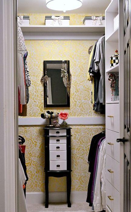 Небольшая кладовая комната может стать стильной гардеробной