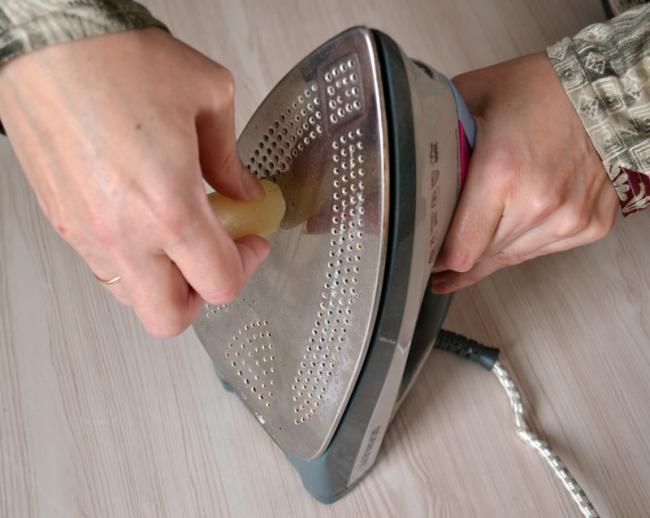 Свеча - очень хороший помощник в борьбе за чистую подошву вашего утюга