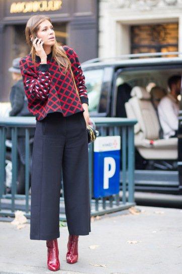 Дарья Жукова в широких, укороченных штанах и бордовой кофте
