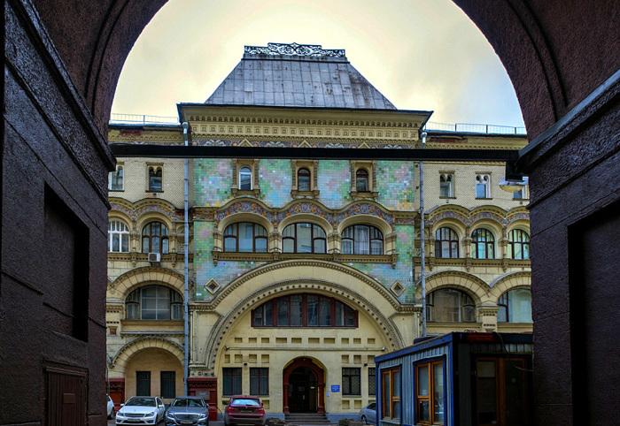 Здание «спрятано», и увидеть с улицы можно его только сквозь арку. /Фото:Galik_123.livejournal.com