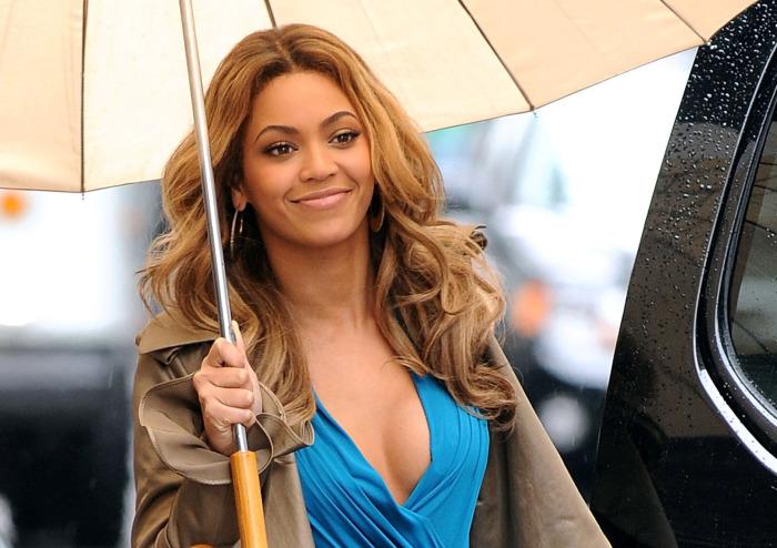 Носите большой зонт, и ваша прическа всегда будет такой же безупречной, как у Бейонсе. /Фото:newidea.com.au
