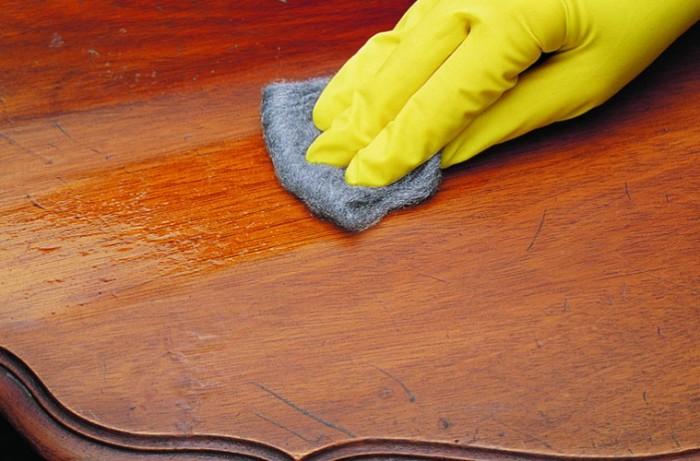Деревянная мебель требует бережного обращения. /Фото: furnituredekho.com