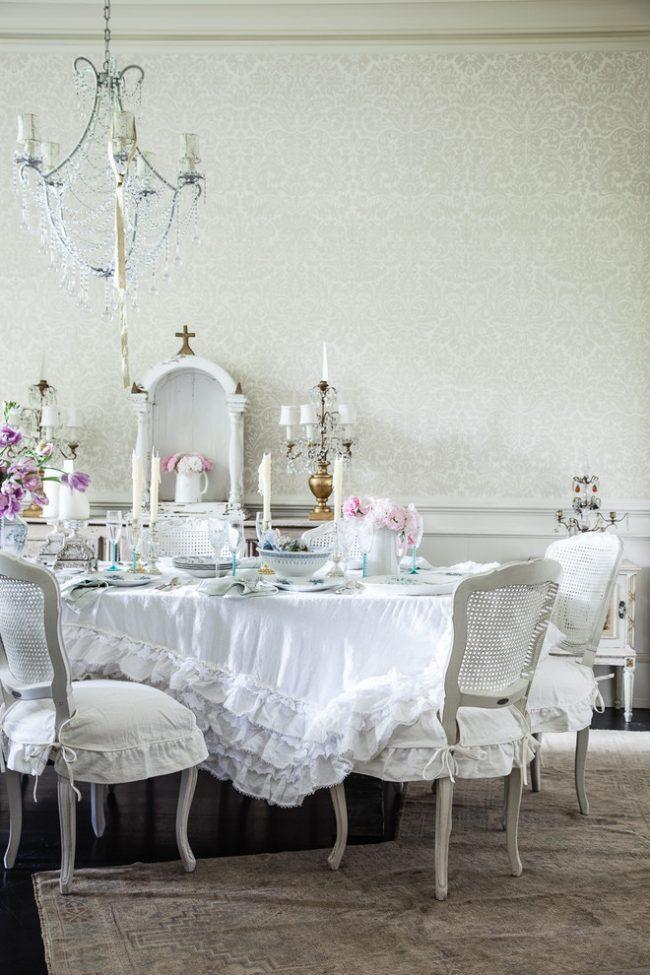 Шикарная белоснежная скатерть на торжественном столе