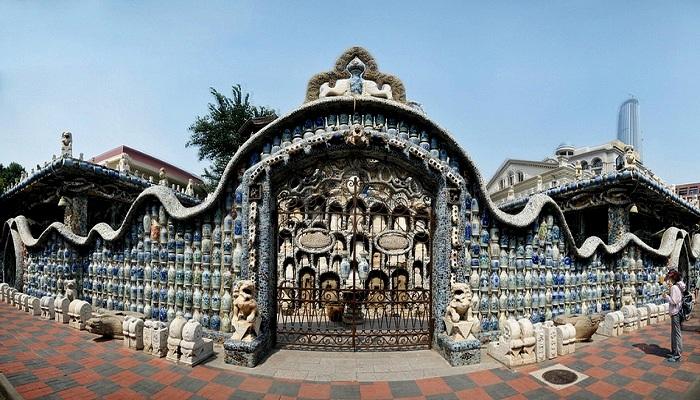 И даже забор с воротами оформлены фарфоровым антиквариатом (China Porcelain House).