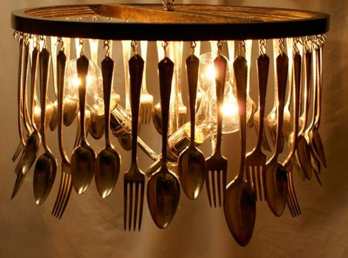 Роскошная люстра из столовых приборов.