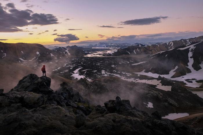 Турист на краю горы.