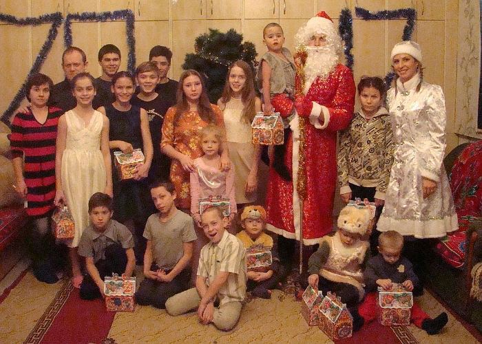 На руках у Деда Мороза - 74-й приемный ребенок Сорокиных. Фото: crimea.kp.ru