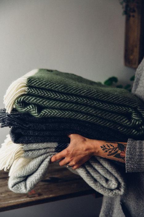 5. Достаньте тёплые пледы.