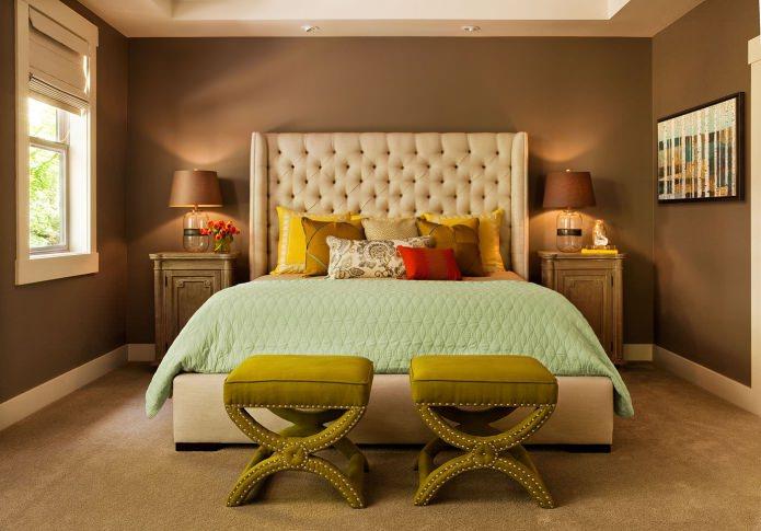 сочетание зеленого и коричневого цвета в интерьере спальни