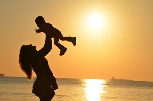 Может ли одинокая женщина усыновить ребенка из детдома?