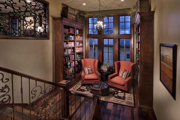 Домашняя библиотека на лестничной площадке