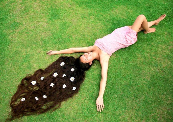 Девушка с очень длинными волосами