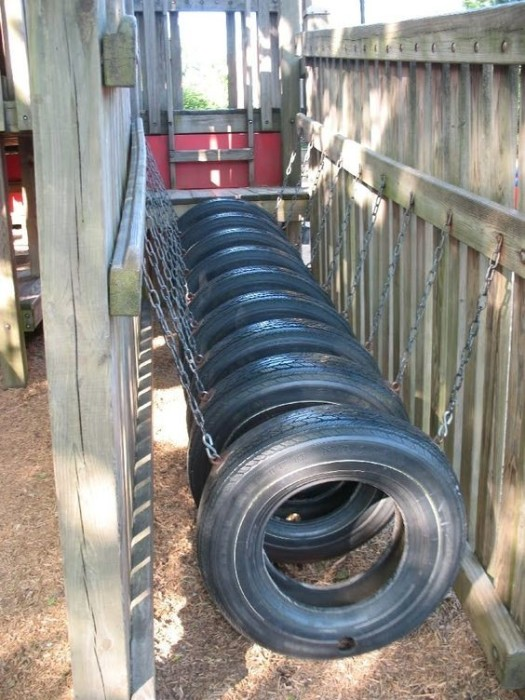 Полоса препятствий, которую можно соорудить, используя старые автомобильные покрышки и металлические цепи.