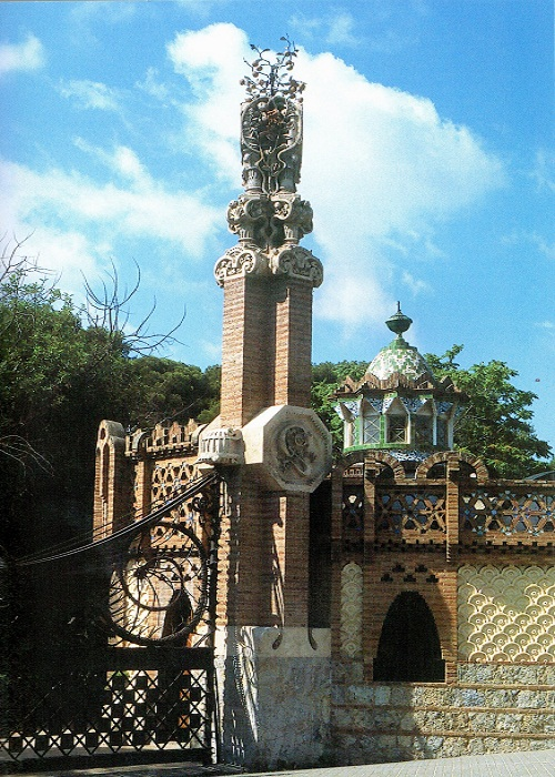 Все фасадные работы выполнены в технике тренкадис, которая напоминает чешую дракона (Pavellons Guell).