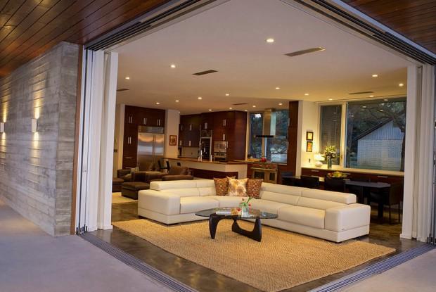Белый спальный уголок в интерьере современного дома
