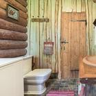 В деревенском доме сделали санузел и сохранили обстановку — и вот что получилось
