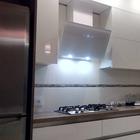 8 квадратных метров белой кухни с картонным телевизором