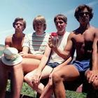 Дружба на годы: каждые пять лет эти пятеро друзей повторяют снимок 1982 года