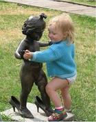 25 забавных снимков людей со статуями