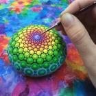 Красивые мандалы на круглых камнях