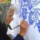 90-летняя бабушка украшает узорами родную деревню