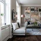 Уютная двухкомнатная квартира с тёмными полом и галереей постеров