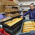 Жители Струнино недовольны владельцем магазина, бесплатно раздающим хлеб