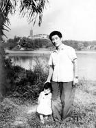 Папа с дочкой каждый год фотографируются в одном и том же месте 40 лет подряд