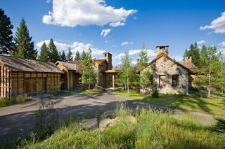 Современный дом из дерева посреди дикой природы