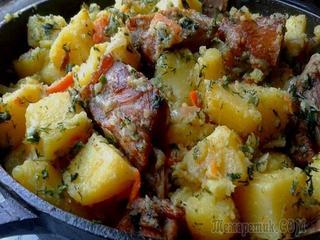 Копченые свиные ребрышки, тушеные с картошкой