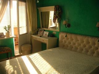 Спальня: небо на потолке, фреска-окно и изумрудные стены