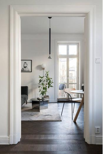 Простой, но приятный и стильный интерьер угловой квартиры в Швеции
