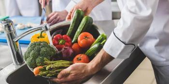 Как и чем правильно мыть овощи и фрукты