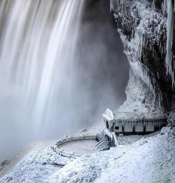 Водопад Ниагара в объятиях холода: Фотографии природного феномена покорили Интернет