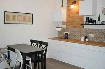 Кухня: компактная меблировка в просторном помещении