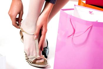 Модно, стильно, молодежно: босоножки с колготками и туфли с носками