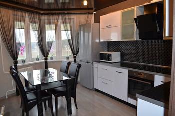 Кухня: серые стены, черные шторы и потолок